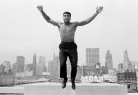 Thomas Hoepker, Muhammad Ali springt vom Geländer einer Brücke über den Chicago River